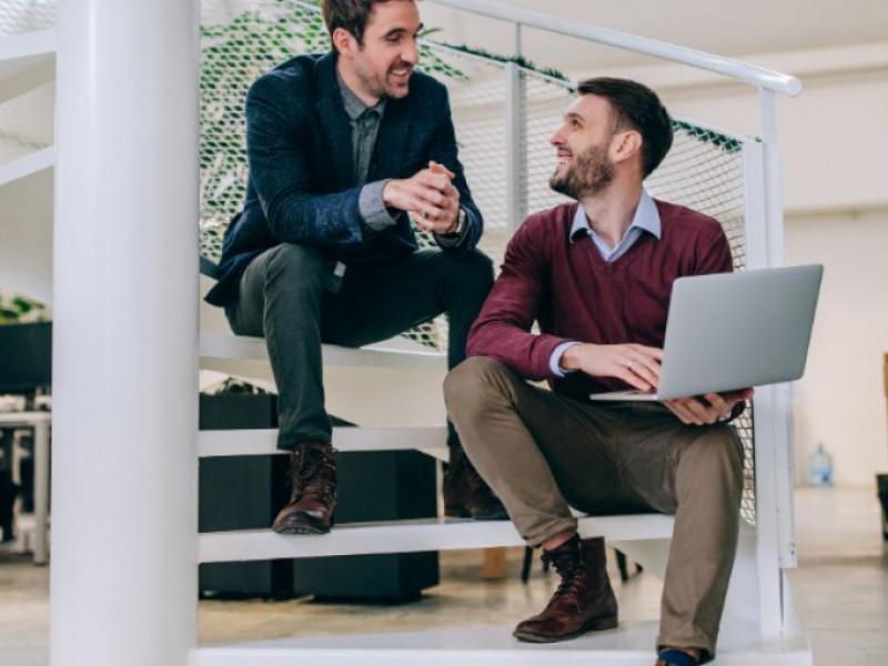 couple d'hommes discutant d'un rachat de crédits sur 15 ans