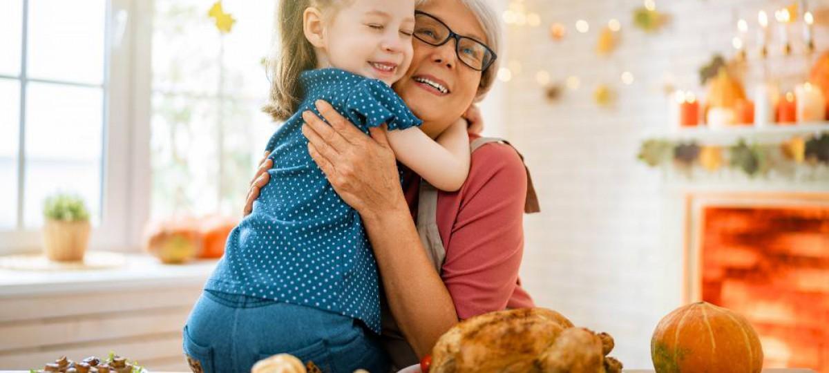 Grand-mère et petite-fille préparant le repas de fête