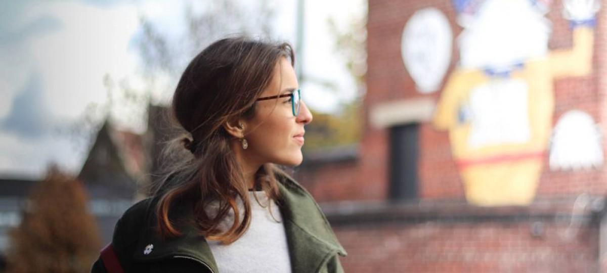Femme à lunettes regardant un bâtiment en Angleterre