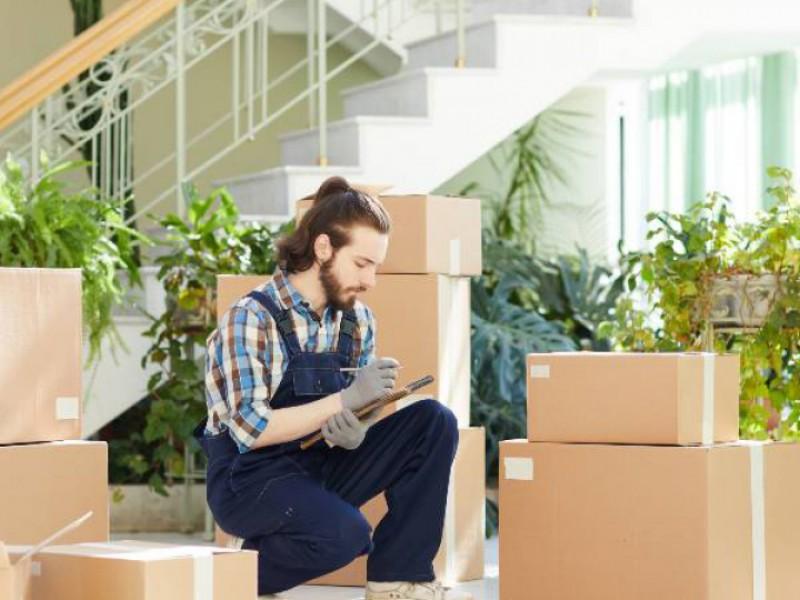 Déménageur faisant l'inventaire des cartons