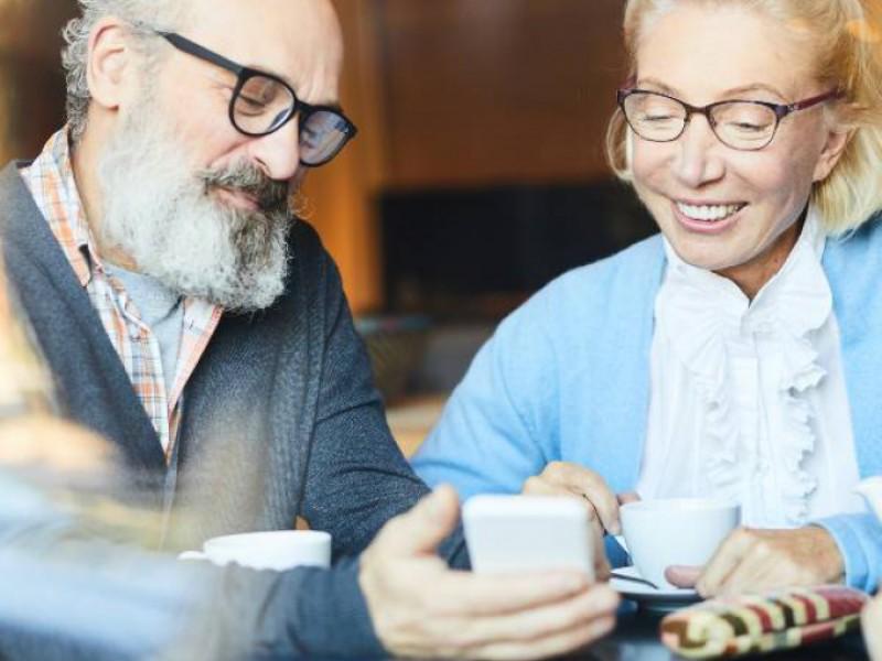 3 personnes d'environ 60 ans discutant d'investissement locatif