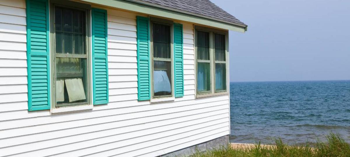 maison en bois au bord de la mer