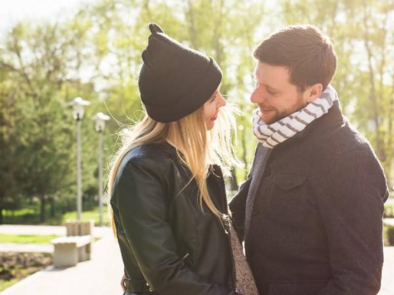 Couple dont femme enceinte heureux dans un parc