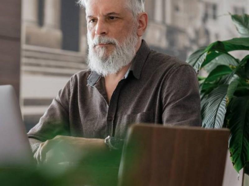 homme d'âge mûr devant son ordinateur