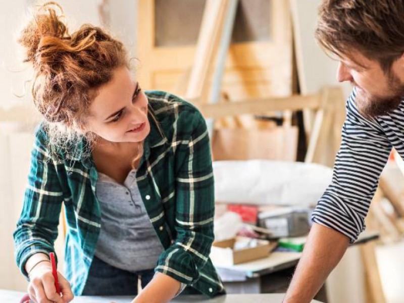 Couple faisant des travaux dans leur maison