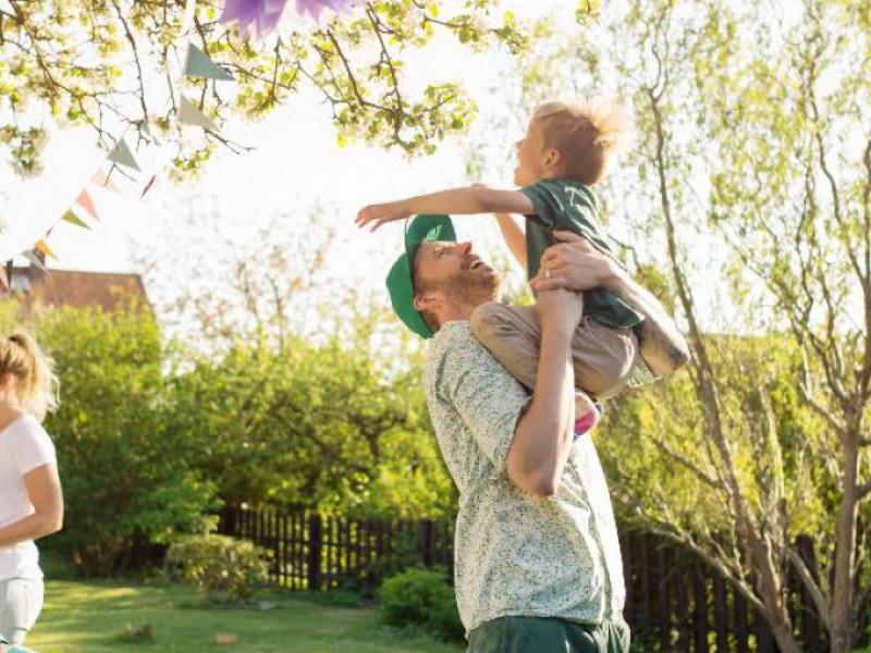 famille heureuse dans le jardin, pap joue avec le petit
